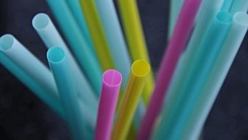 Nestlé pretende eliminar canudos de plástico de todos os seus produtos